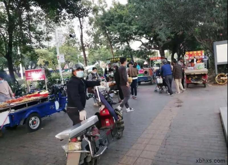 深圳地铁口的人间烟火