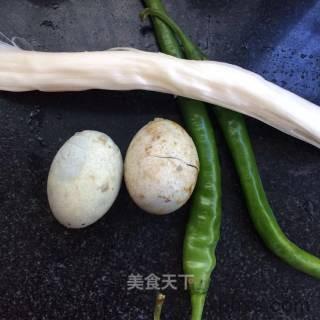 尖椒皮蛋怎么做好吃 尖椒皮蛋最正宗的做法